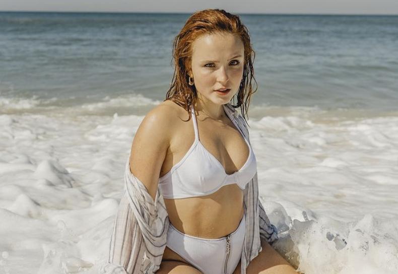 Larissa Manoela sensualizando em praia do Rio de Janeiro