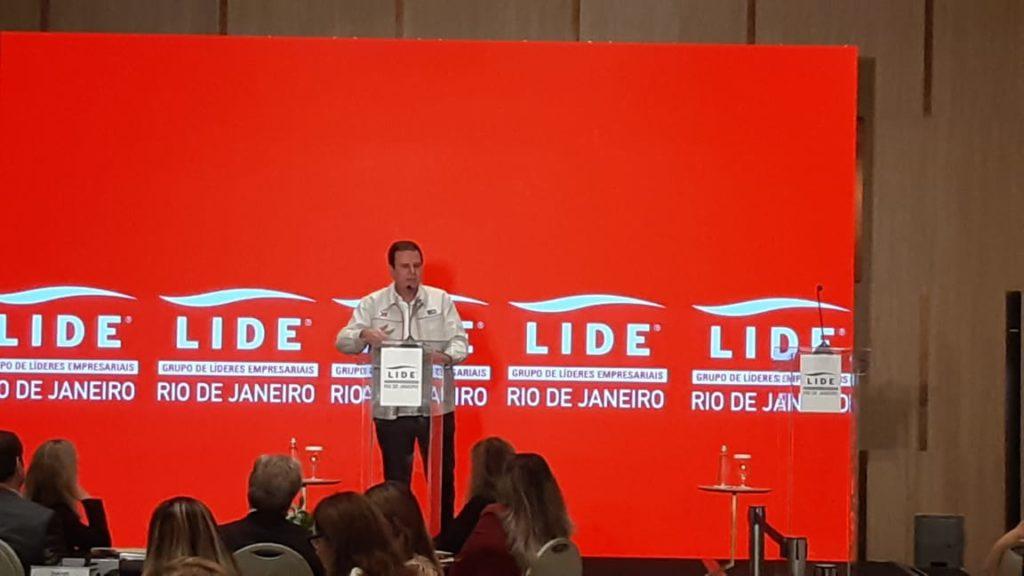 Imagem de Eduardo Paes discursando durante evento do Lide