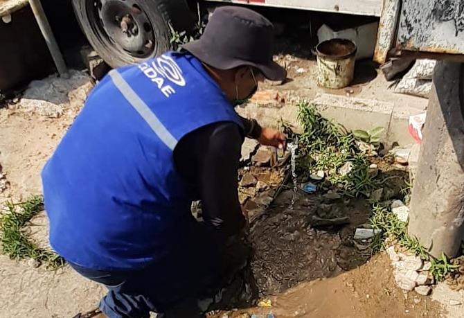 Profissional da Cedae desfaz ligação clandestina de água