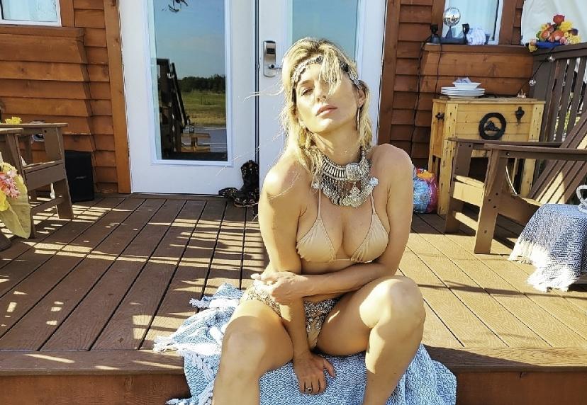 Lívia Andrade tomando banho de sol