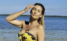 Lívia Andrade faz ensaio sensual com estrelas-do-mar
