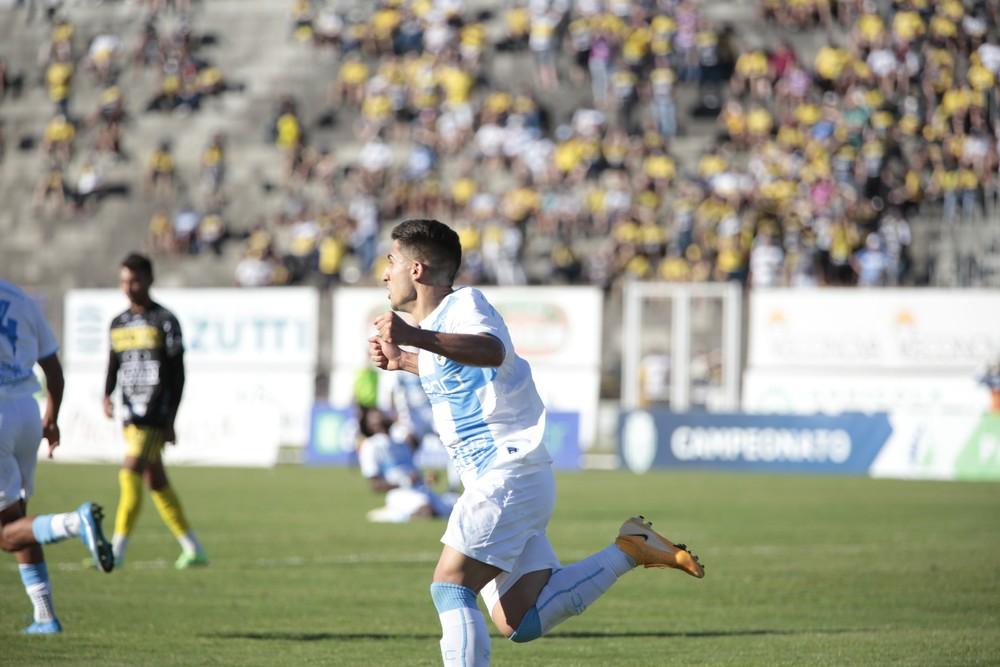 Victor Daniel do Londrina comemorando gol