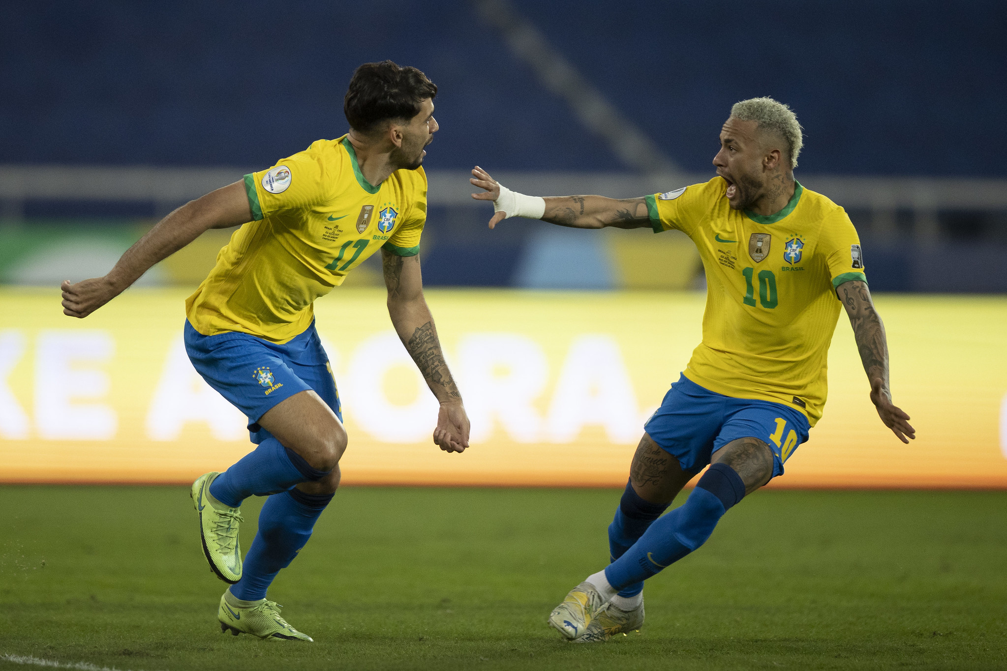 Paquetá e Neymar comemorando gol do Brasil contra o Chile