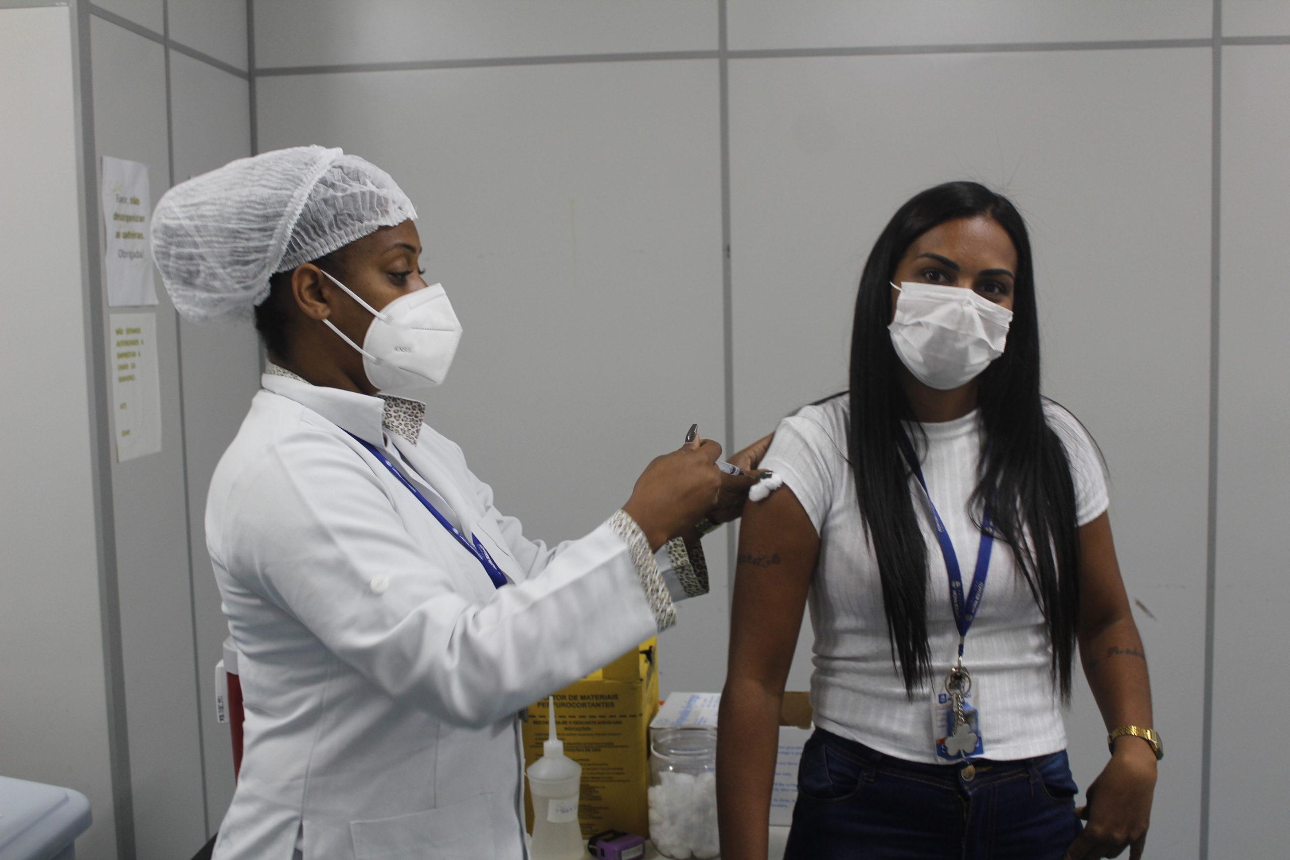 Imagem de uma enfermeira aplicando uma vacina