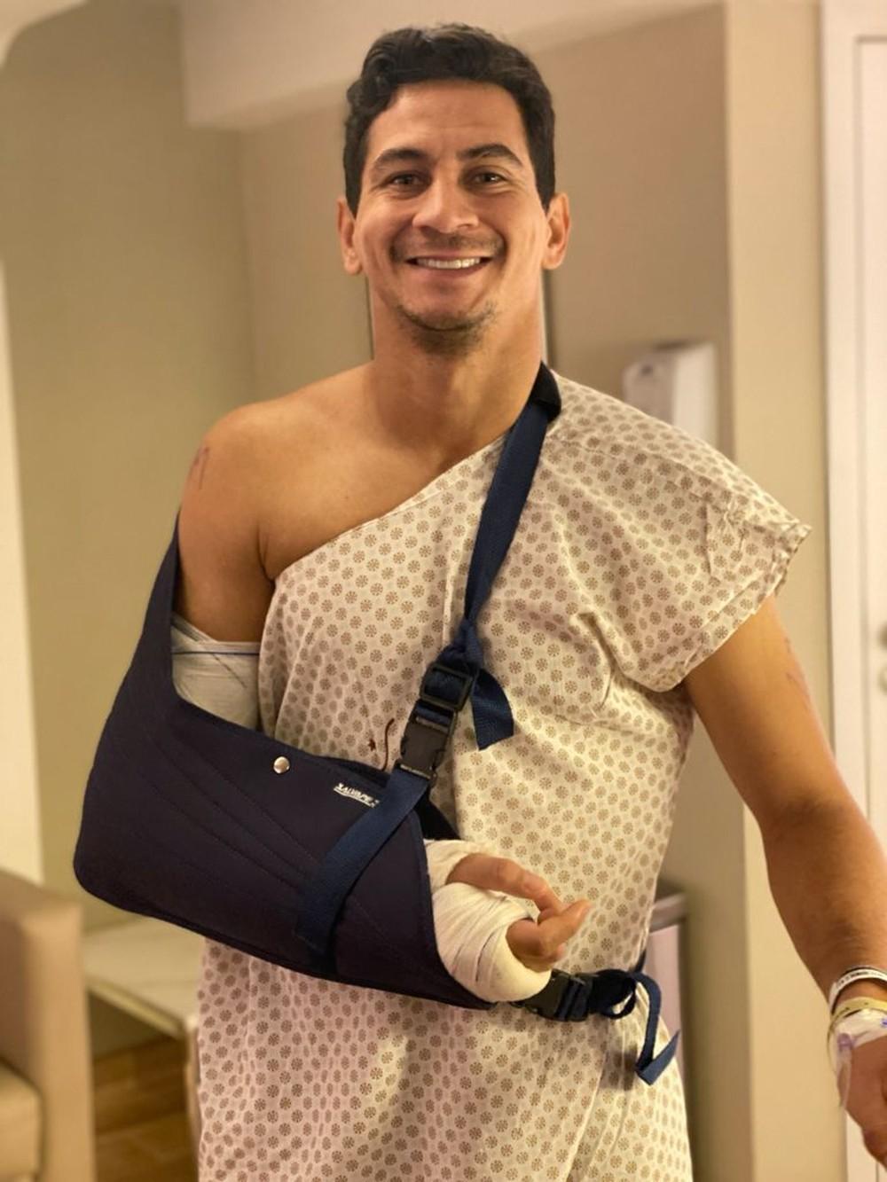 Paulo Henrique Ganso com o braço direito na tipoia após cirurgia