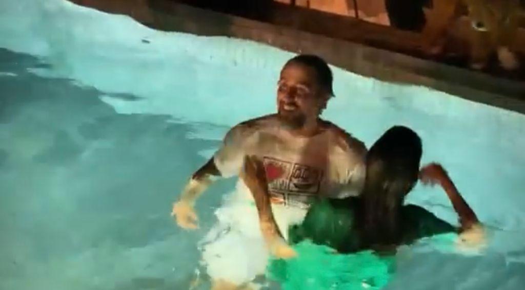 Marcos Mion pulando na piscina