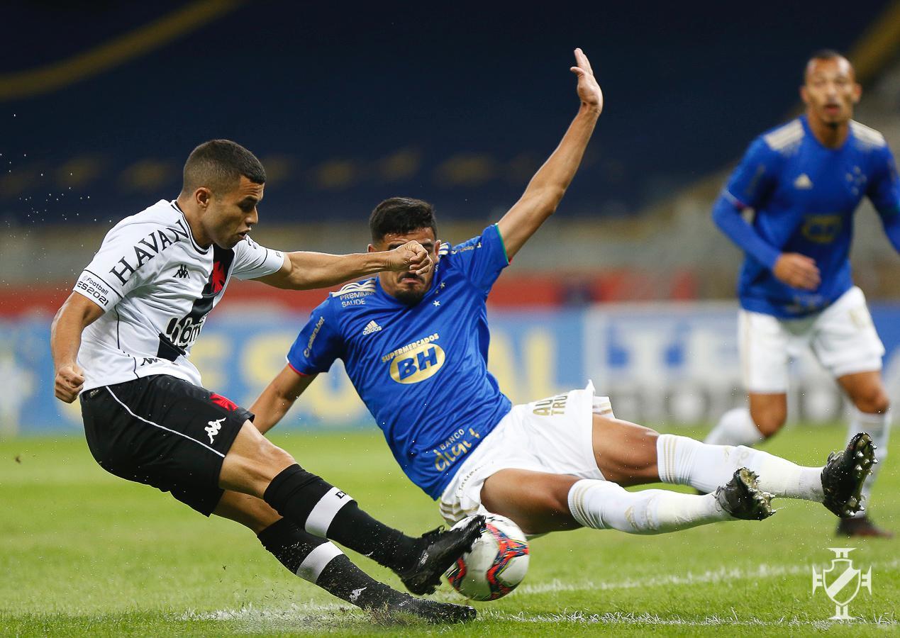 Morato em ação pelo Vasco diante do Cruzeiro pela Série B