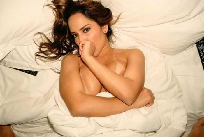 Mulher Melão sensualizando deitada na cama