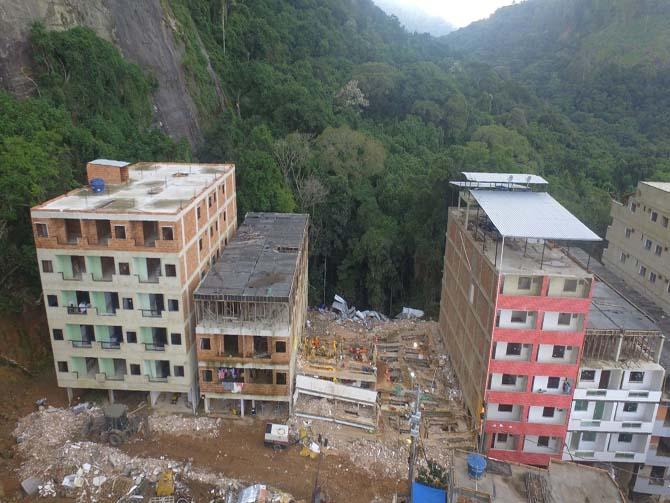 Imagem dos prédios que desabaram.