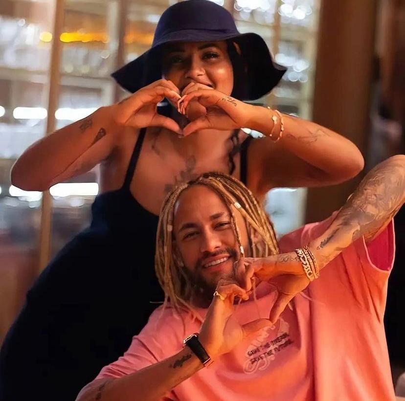 Neymar e a trancista Nanda Burguesinha mostrando o novo visual