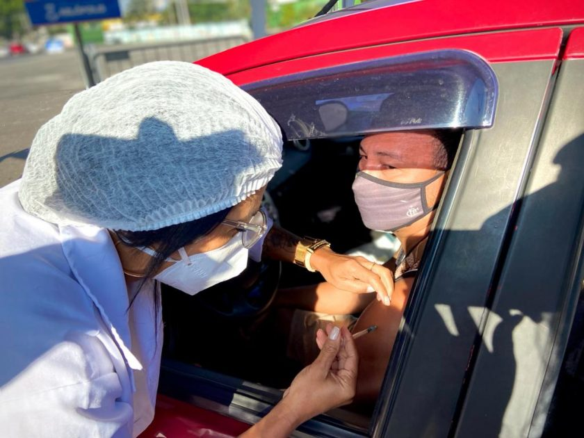 Pessoa é vacinada em Nilópolis