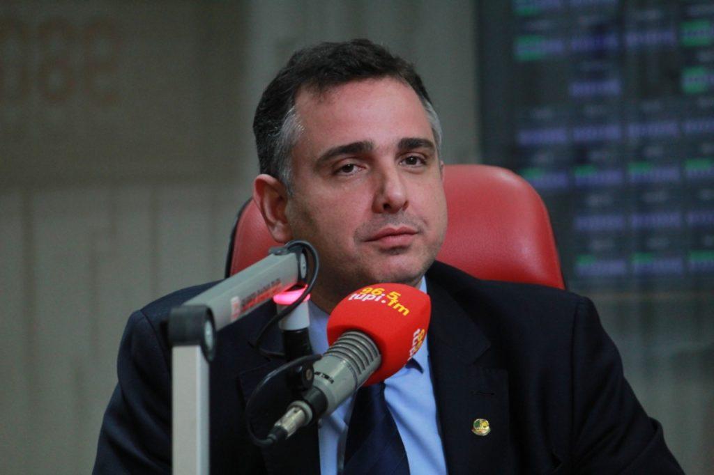 Imagem de Rodrigo Pacheco em entrevista na Rádio Tupi