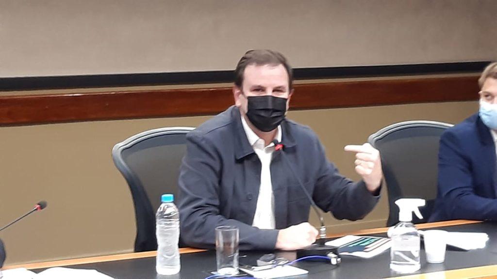 Eduardo Paes em coletiva no COR