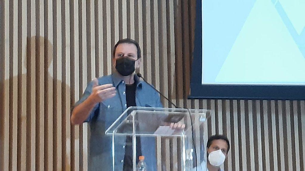 Imagem do prefeito Eduardo Paes discursando no Museu do Amanhã