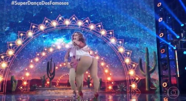 Paolla Oliveira dançando forró e mostrando bumbum pra câmera