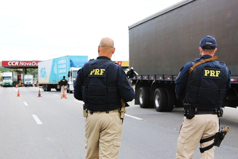 Policiais Rodoviários fazem fiscalizações em veículos