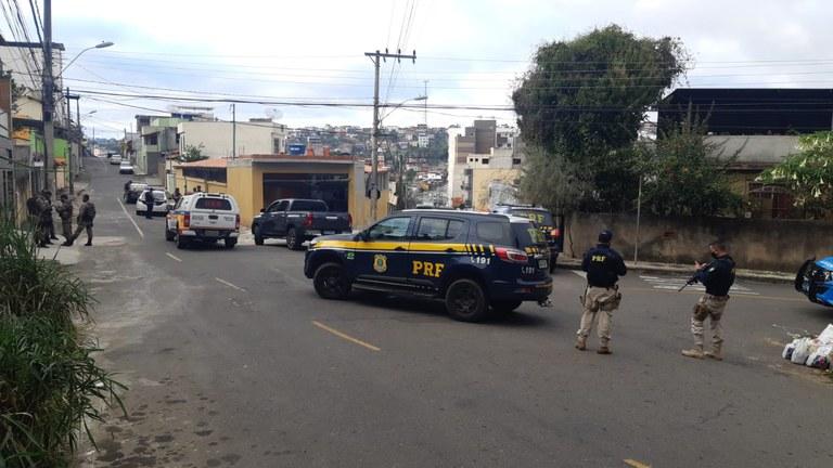 Imagem de policiais rodoviários federais em ação durante a operação