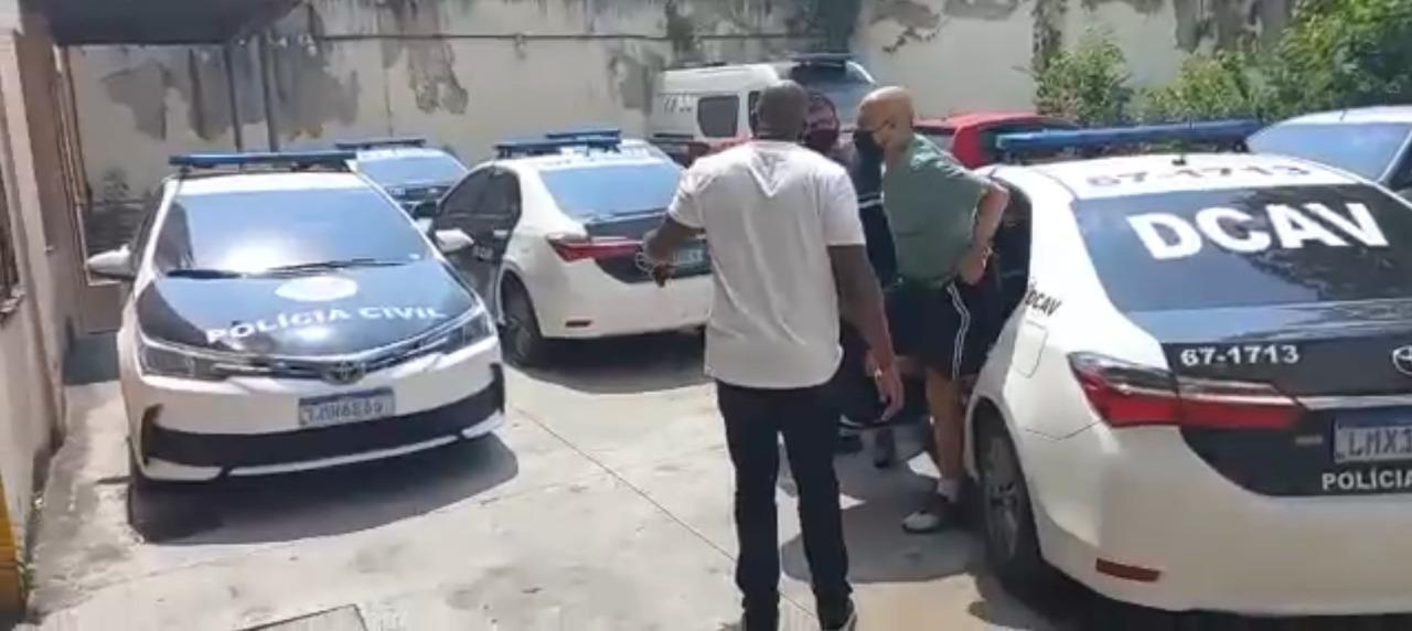 Professor de basquete sendo preso por agentes da Polícia Civil