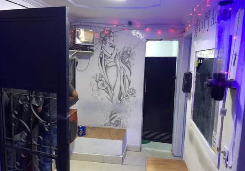 Quarto branco com desenhos na paredes