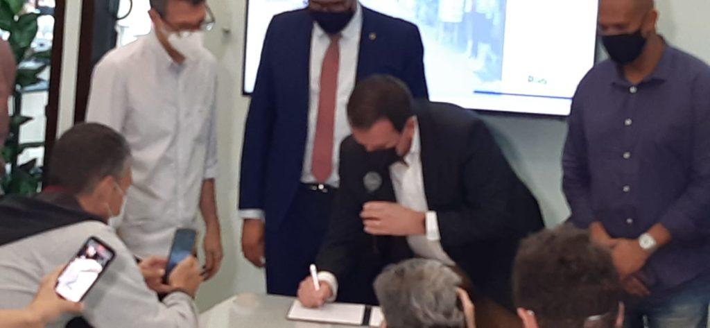 Imagem de Eduardo Paes assinando o decreto da obra na Saara