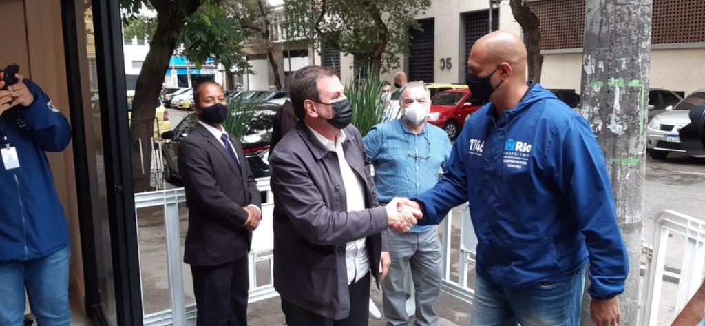 Imagem do prefeito Eduardo Paes cumprimentando uma pessoa no centro