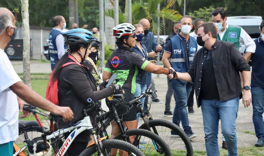 Imagem de Eduardo Paes cumprimentando ciclistas