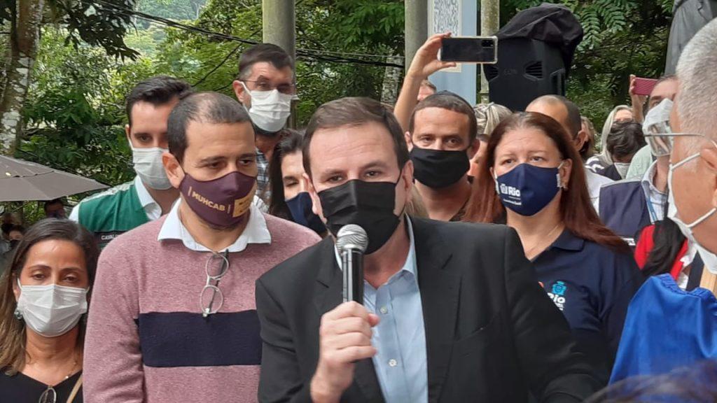 Imagem do prefeito Eduardo Paes no Parque Nise da Silveira