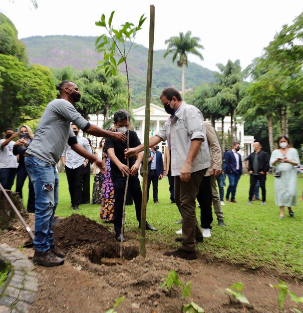 Imagem de Eduardo Paes plantando uma Árvore no Palácio da Cidade