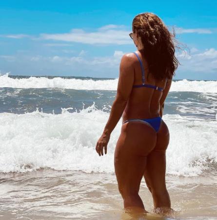 Paolla Oliveira de biqúini na praia