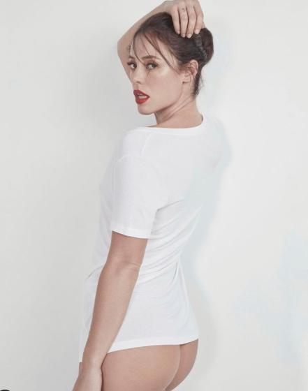 Paolla Oliveira de camisa branca e pernas de fora