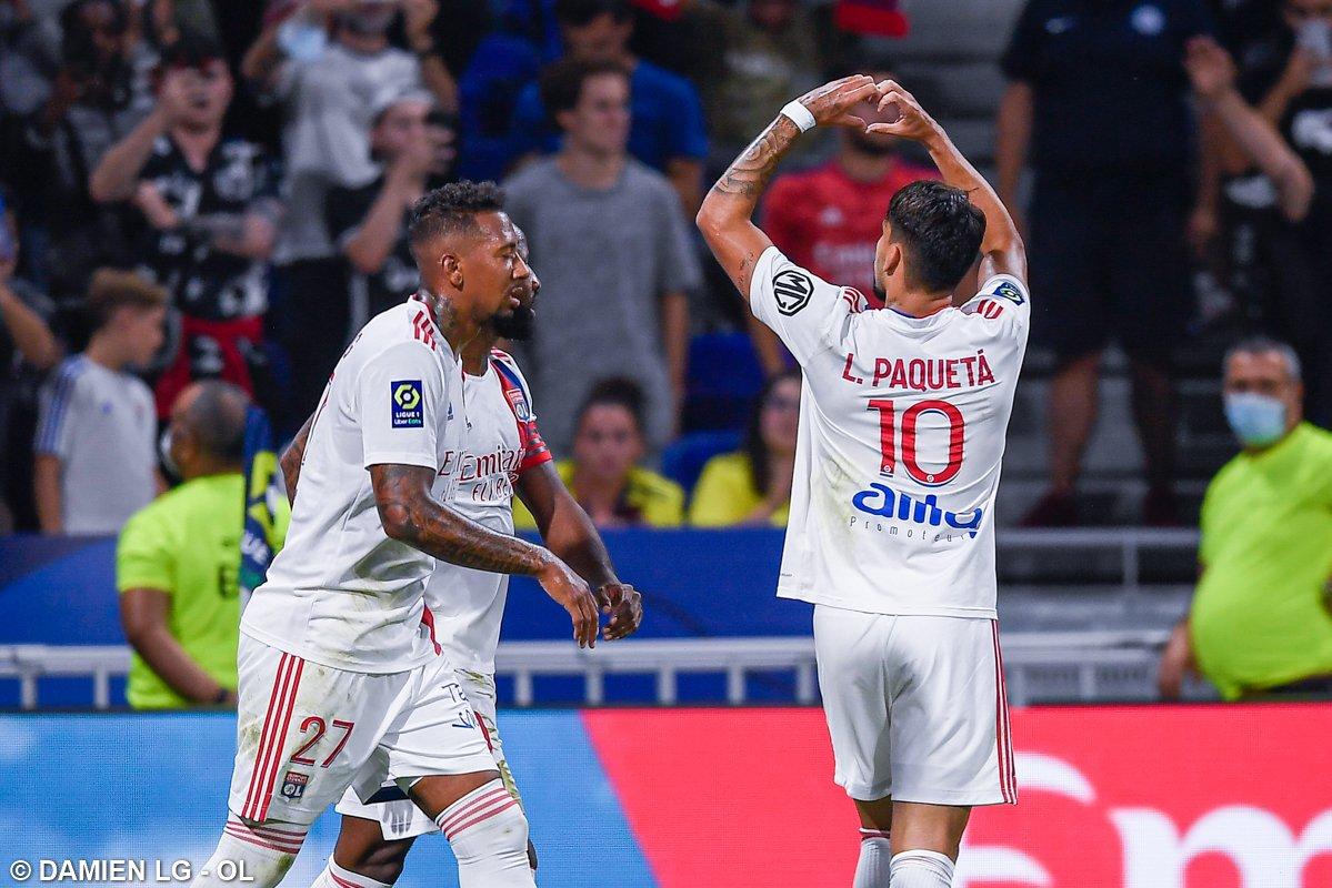 Paquetá comemorando gol com a camisa do Lyon