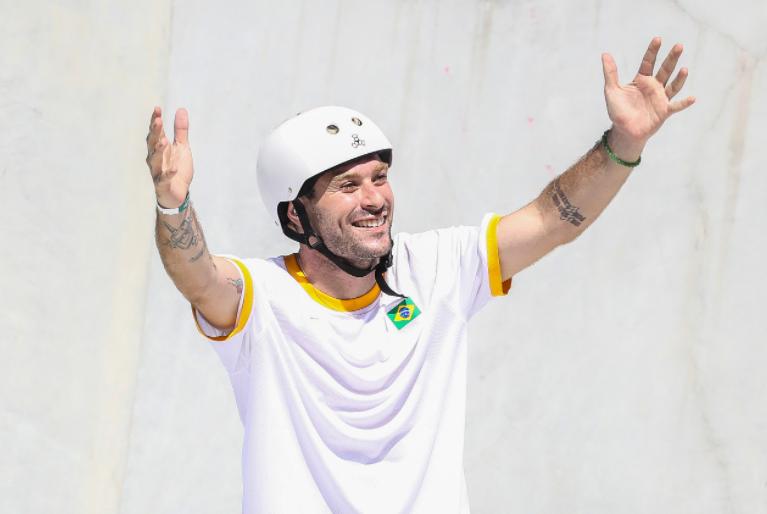 Pedro Barros comemorando medalha de prata