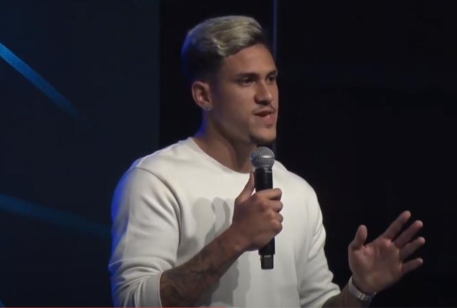 Pedro, atacante do Flamengo, contando testemunho na igreja