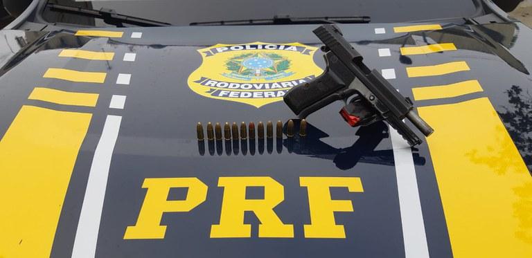 Imagem de pistola sobre carro da PRF