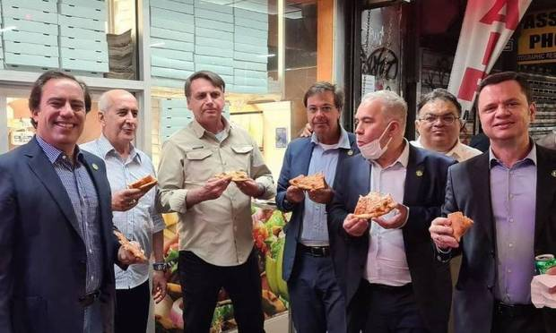 Imagem da comitiva brasileira comendo Pizza