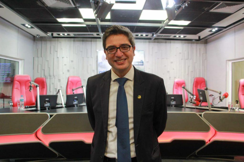 Imagem do Senador Carlo Portinho nos estúdios da Super Rádio Tupi