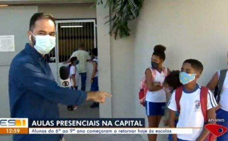Repórter da Globo entrevistando aluno nas voltas Às aulas presenciais em Espírito Santo