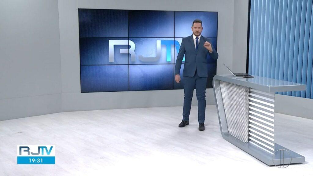 """Âncora Alexandre Kapiche, da InterTV, durante edição do """"RJ2"""" da última quarta-feira (26)"""