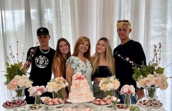 Rose Miriam com as filhas e os namorados das filhas