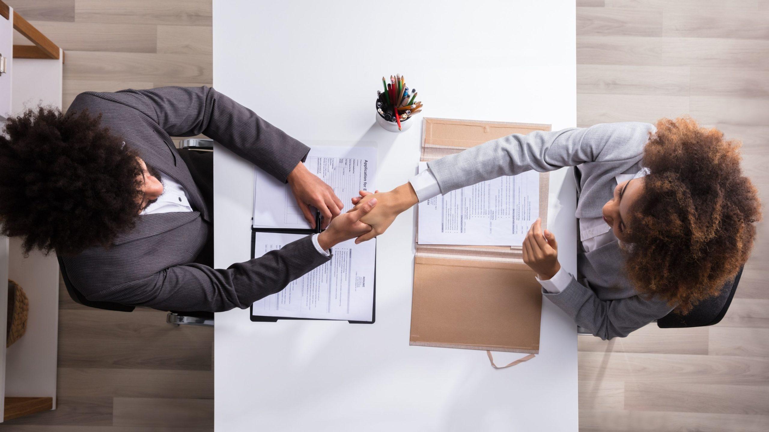 Na imagem, duas pessoas falando sobre a Sentença jurídica reconhece atividades de recrutamento e seleção como privativas da Administração