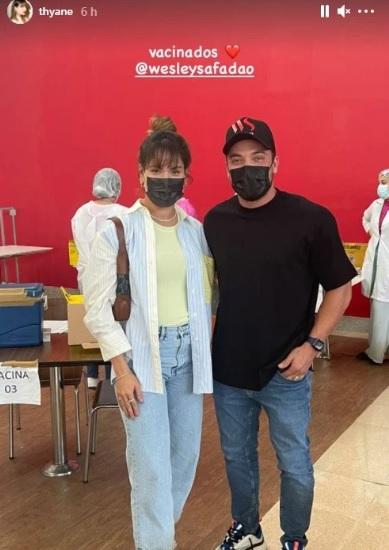 Wesley Safadão e a mulher, Thyane Dantas, no posto de vacinação em Fortaleza