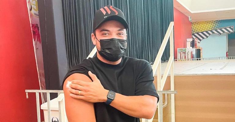 Wesley Safadão segurando o braço depois de receber a vacina contra a Covid-19
