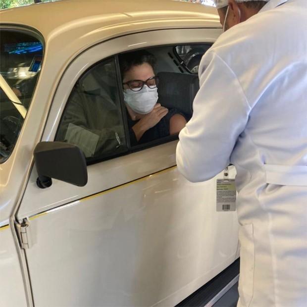 Sandra Annemberg chegando de Fusca pra se vacinar