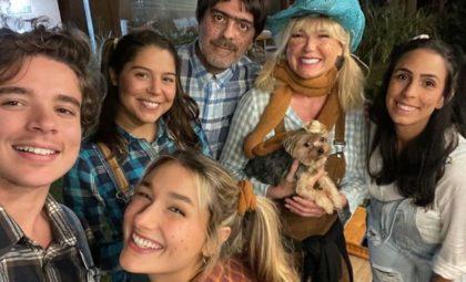Sasha com a família comemorando aniversário em festa junina
