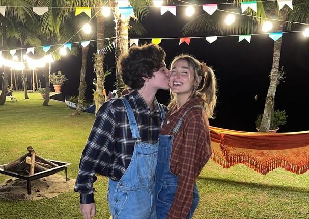 Sasha beijando o marido João Figueiredo em festa junina
