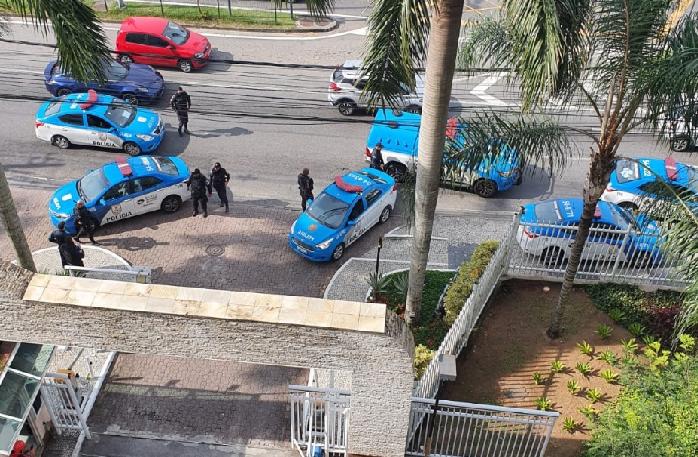 Ex-funcionário é preso após fazer síndica refém em condomínio no Recreio
