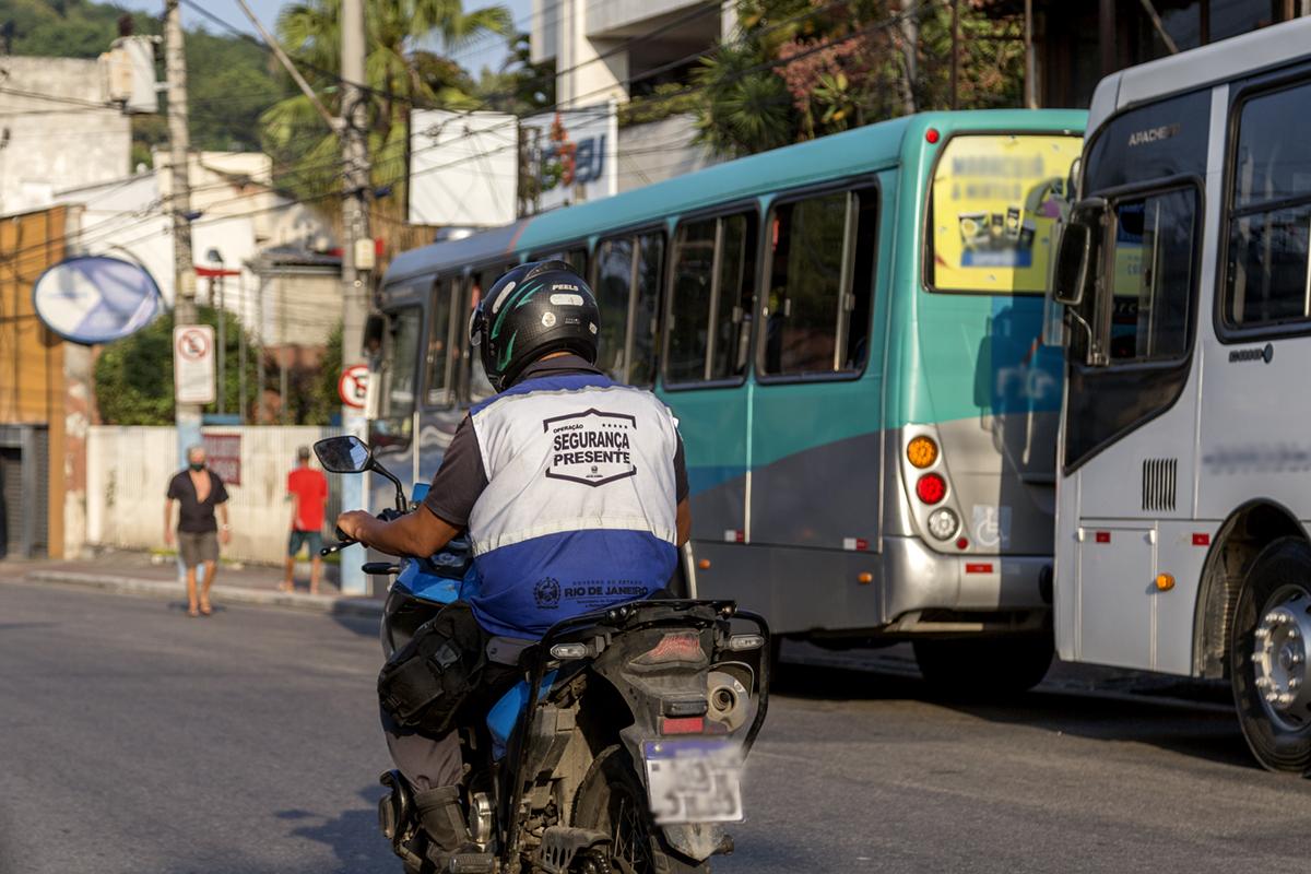 Imagem de um policial em uma moto