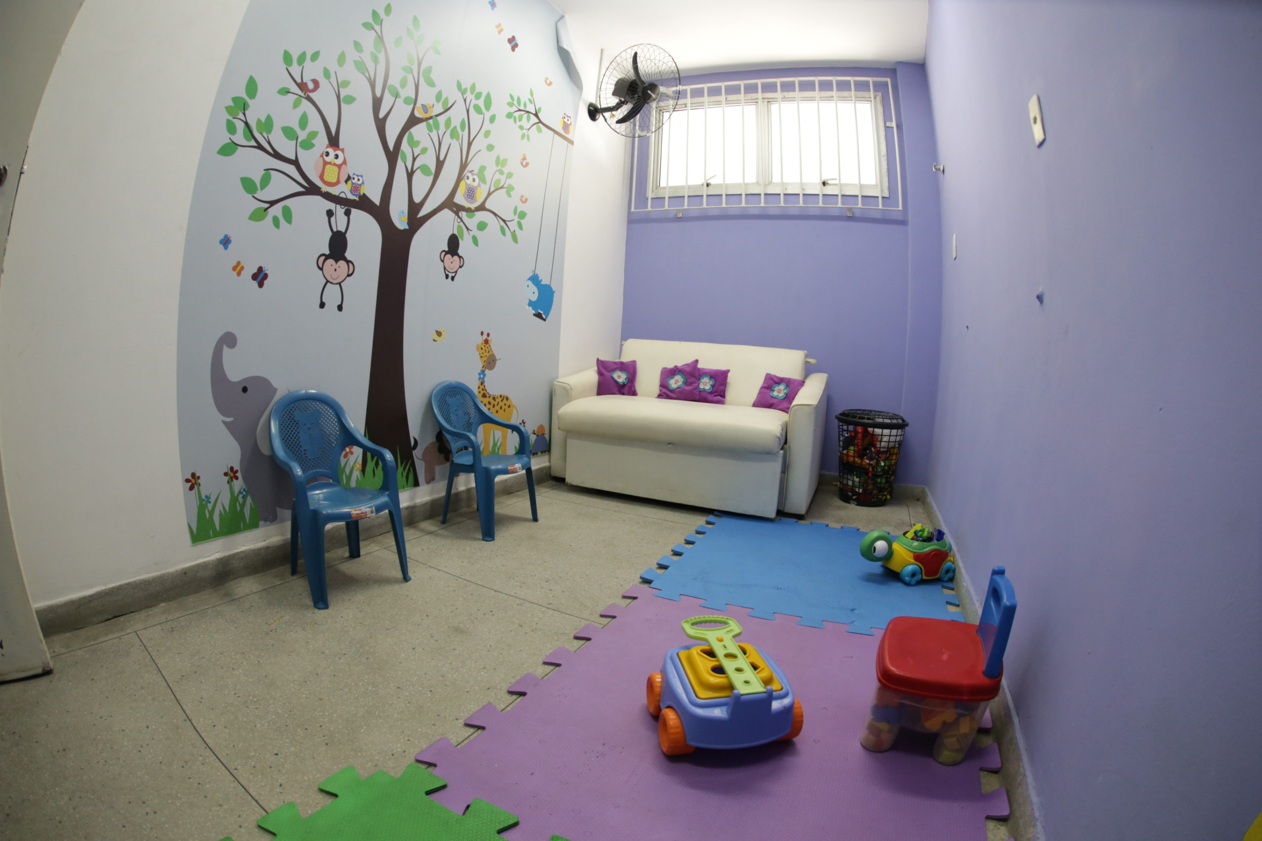 Imagem de uma sala com objetos de decoração