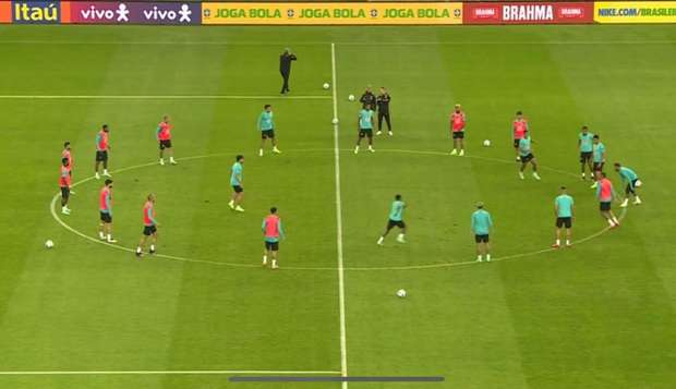 Foto: Imagem do treino da seleção no meio campo no estádio Beira-Rio