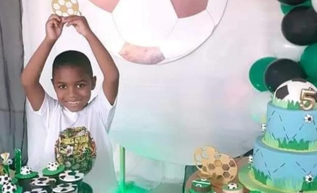 menino Miguel no aniversário